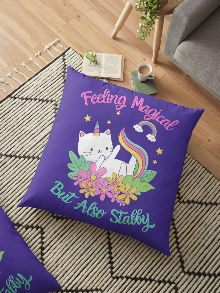 coussin de sol se sentir magique mais aussi stabby unicorn kitty violet par happyhourvibe redbubble