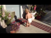 Дети впервые увидели свою тень. Смотрите реакции.