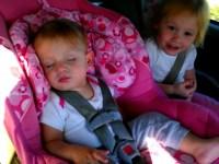 Крошка резко проснулась, услышав любимую песню, и начала плясать. Как дети делают это?