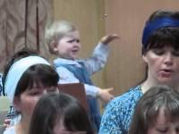 Малышка дирижирует хором. Так смешно!
