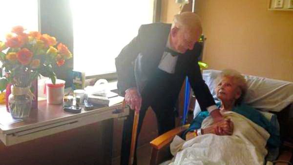 дедушка поздравил жену с годовщиной2
