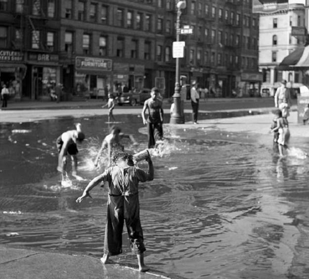 Дети и большая лужа, Гарлем, 1939 год