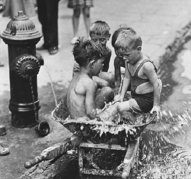Детвора у колонки, Нью-Йорк, 1937 год