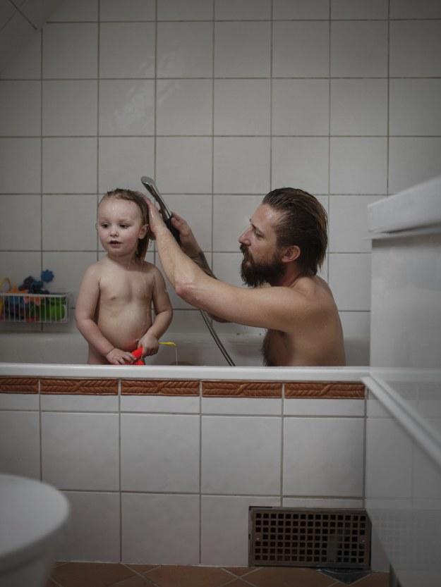 папа купает ребенка