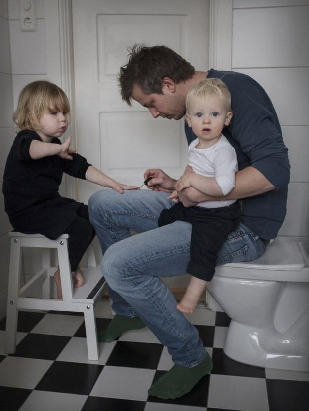 папа воспитывает детей