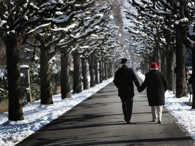 старики гуляют