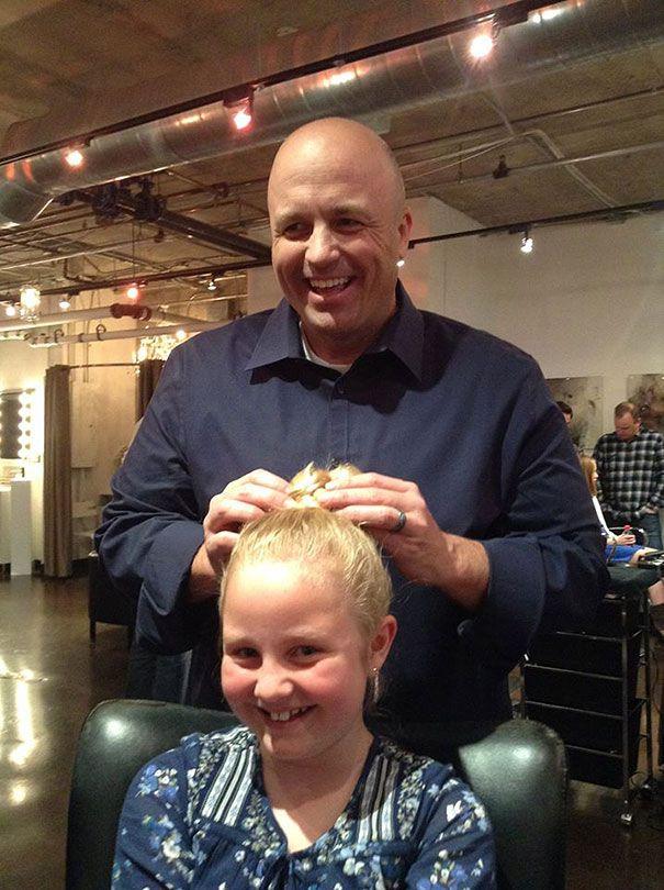 папа плетет косички