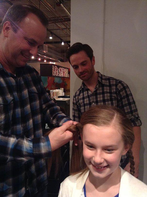 папа заплетает косу
