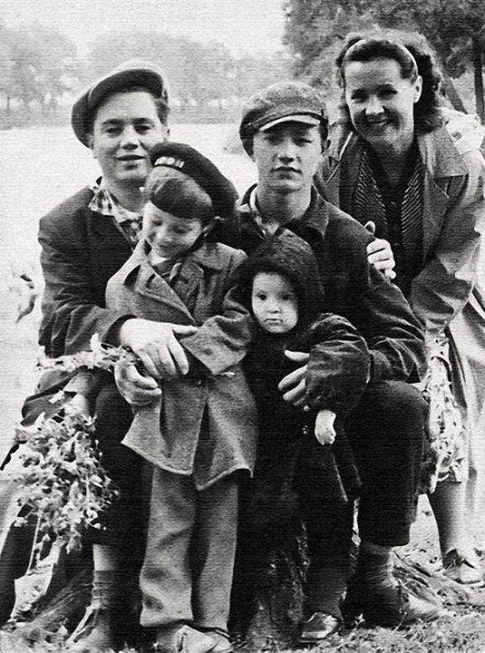 Юрий Шевчук с сестрой и родителями