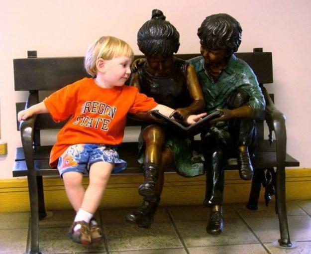 дети на фото с памятниками