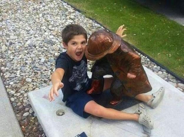 фото ребенок и памятник