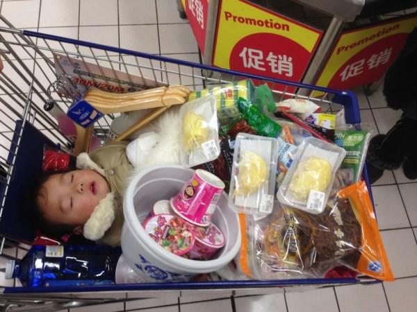 мама тащит на шопинг