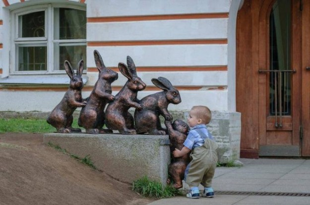 ребенок и памятник зайцам