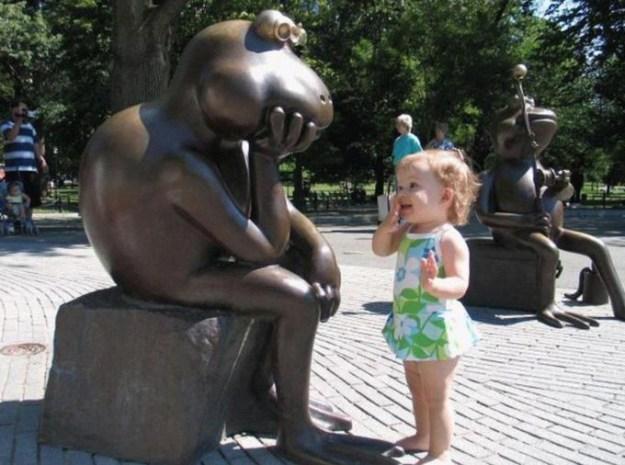 ребенок и памятник