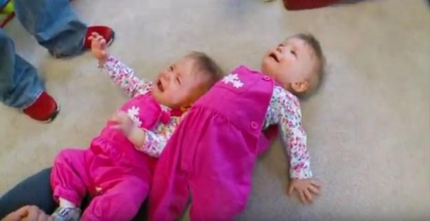 близняшки держатся за руки4