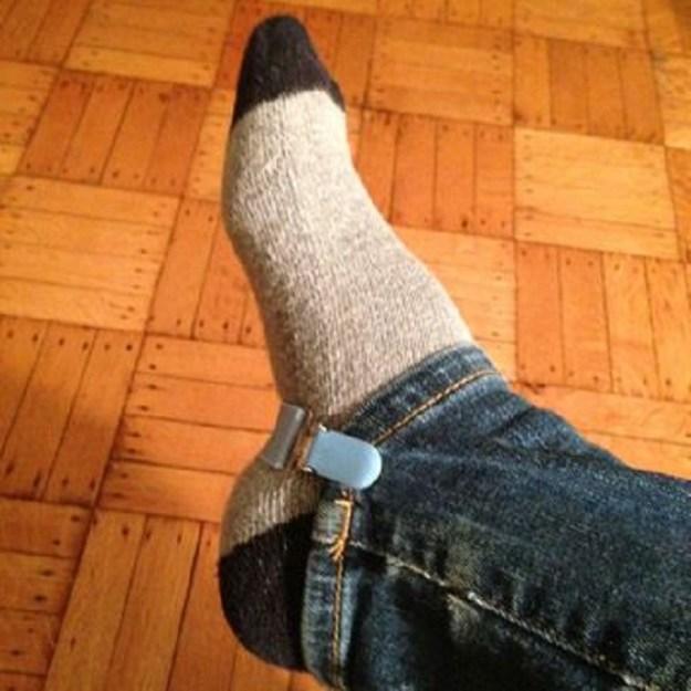 Чтобы легко заправить штаны в сапожки, используйте детские ремешки для варежек