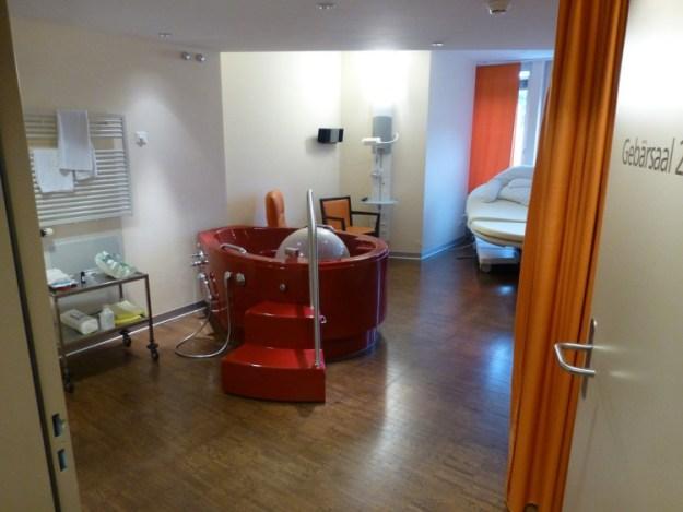 В некоторых палатах есть ванны, в которых можно переждать схватки, а также и родить, если есть такое желание