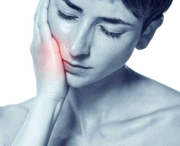 Вата, пропитанная коньяком или виски, поможет уменьшить зубную боль