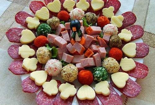 Закусочные шарики с мясной и сырной нарезкой
