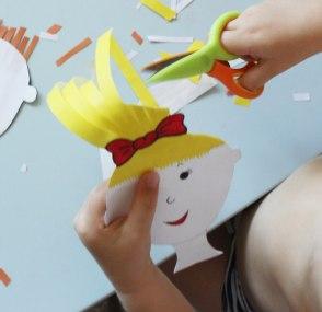 Играем в парикмахера и учимся пользоваться ножницами