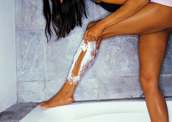 Если у вас закончилось средство для бритья, идеальной заменой станет кондиционер для волос. Удивительно, но бритье с ним даже мягче