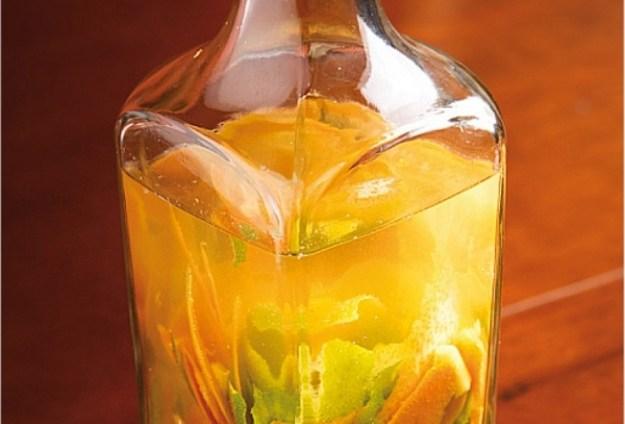 Мандариновый отвар очень полезен при простуде. Для приготовление отвара нужно залить примерно 2 столовые ложки 2 стаканами воды, кипятить 5-6 минут. Дать настояться и пить при простуде несколько раз в день