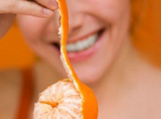 Очень полезны для кожи скрабы из мандариновой цедры. Для приготовления скраба нужно сначала кожуру засушить, а затем измельчить в блендере. Наносить массирующими движениями