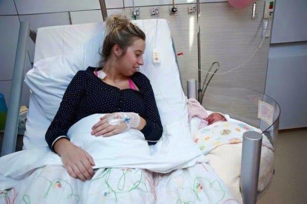 В одной из Австралийских клиник к кроватям рожениц прикреплены детские кроватки. Теперь новорожденный малыш всегда будет рядом с мамой, и она в любой момент сможет брать и кормить его