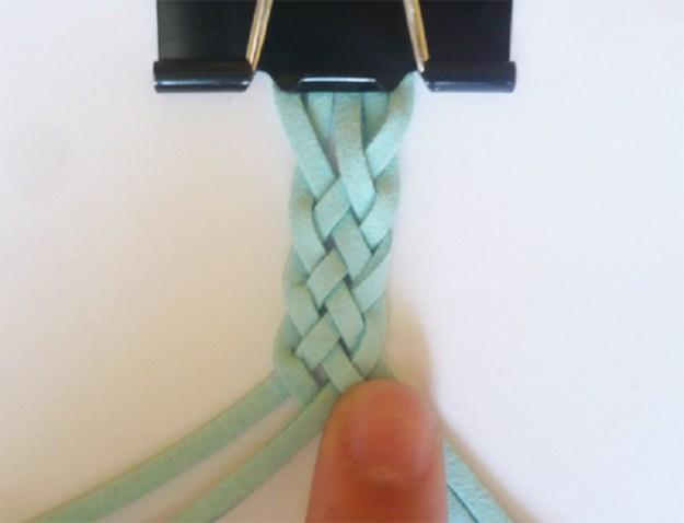 Закрепить нитки во время плетения помогут обычные зажимы для бумаги