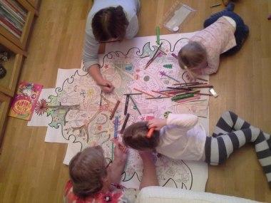 Огромная елка-раскраска, которая увлечет детей на несколько дней