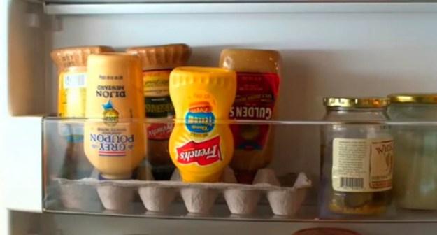 Чтобы сэкономить место на полках, а также чтобы соусы всегда удобно выливались, храните их в перевернутом виде в лотке для яиц