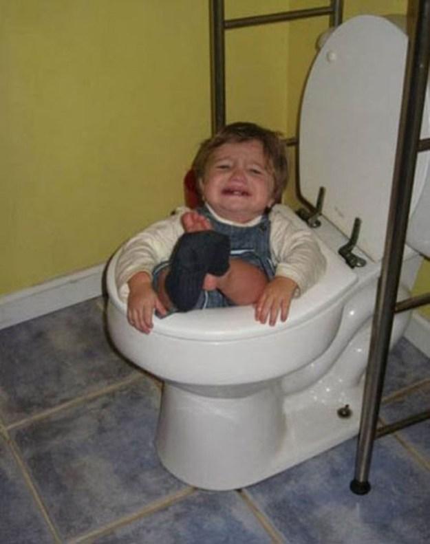 Все-таки не стоит ходить в туалет без мамы