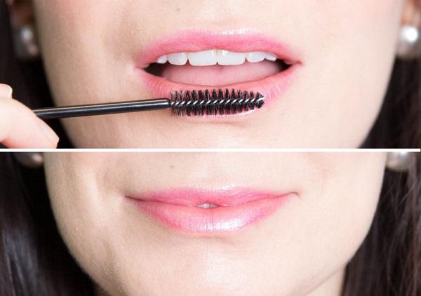 Всегда очищайте губы от омертвевших частичек кожи перед нанесением помады. Помассируйте губы старой щетойкой от туши или зубной щеткой. Кстати, такой массаж зрительно увеличит губы