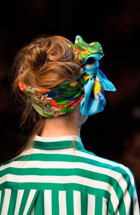 Атласные и шифоновые ткани, а также платки с яркими принтами - беспроигрышный вариант этой весны5