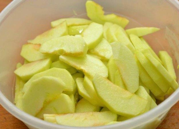 Чтобы яблоки для пирога не потемнели, немного полейте их лимонным соком