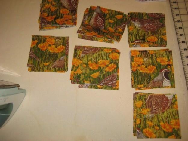 Из хлопчатобумажной ткани тоже вырезаем 66 квадратиков размером 12,5 на 12,5 см. При этом эти квадратики должны быть меньше, чем основные цветные