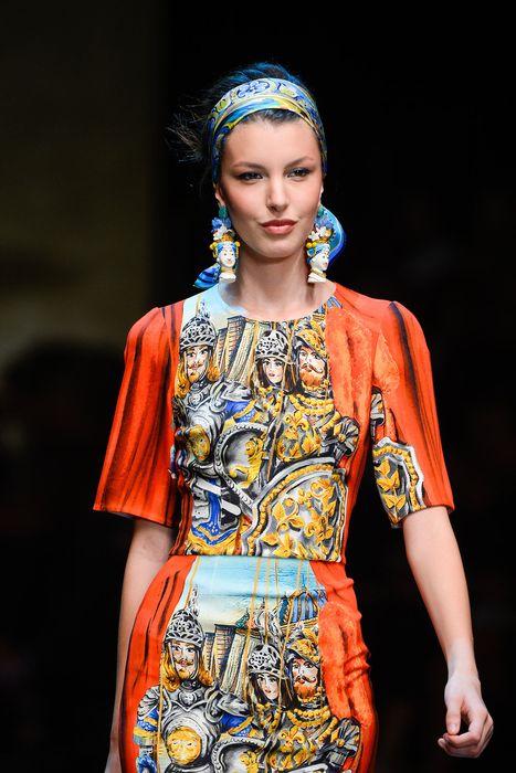 Платок завязанный широкой полосой на волосах связанных в стиле 60-х - универсальный вариант3