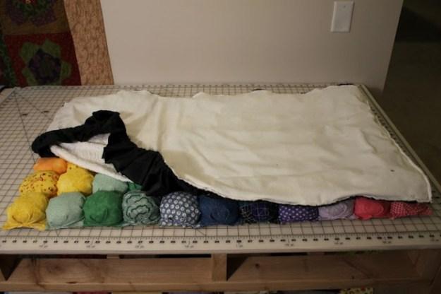 Складываем подкладку и верх коврика лицевыми сторонами друг к другу, прошиваем на машинке, оставляя отверстие для того, чтобы вывернуть коврик
