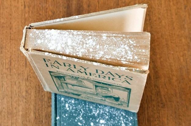 Чтобы немного восстановить старую книгу, посыпьте ее страницы тальком и дайте немного полежать. Тальк впитает влагу и немного выбелит страницы. После чего можно кистью смахнуть присыпку