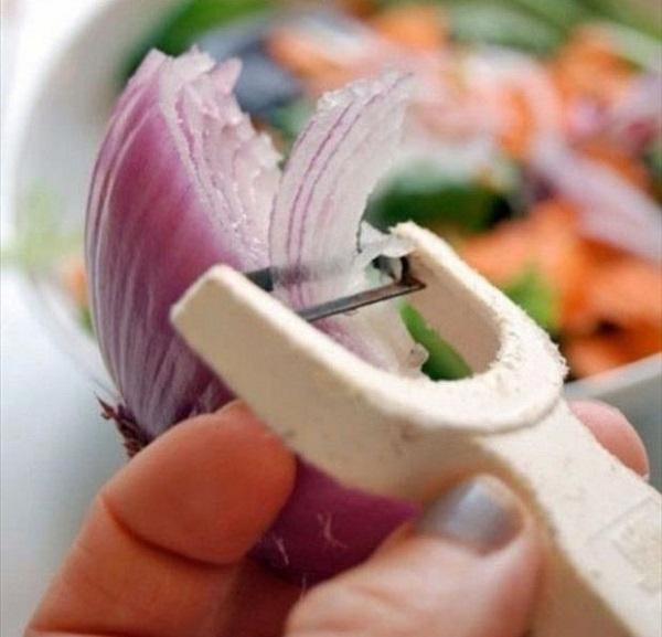 Ножом для чистки овощей можно быстро нарезать тонкими ломтьями лук