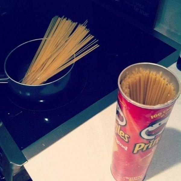 Спагетти удобно хранить в коробке от чипсов
