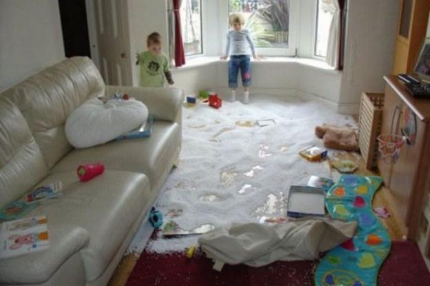 дети одни в комнате