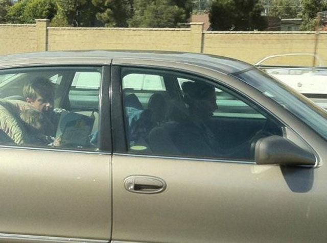 папа с мамой и ребенком в машине