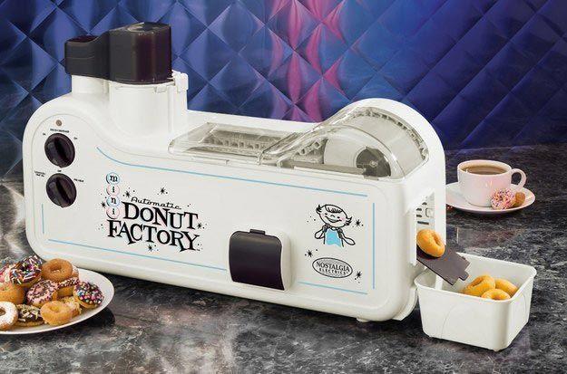 Автоматическая машика для изготовления пончиков, похожая на фабрику