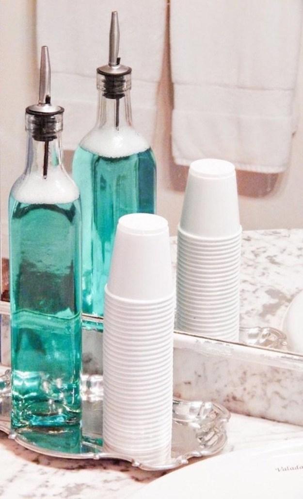 Попробуйте хранить ополаскиватель для зубов и другие жидкости в прозрачных красивых бутылках. Например, эти - бутылки из-под масла