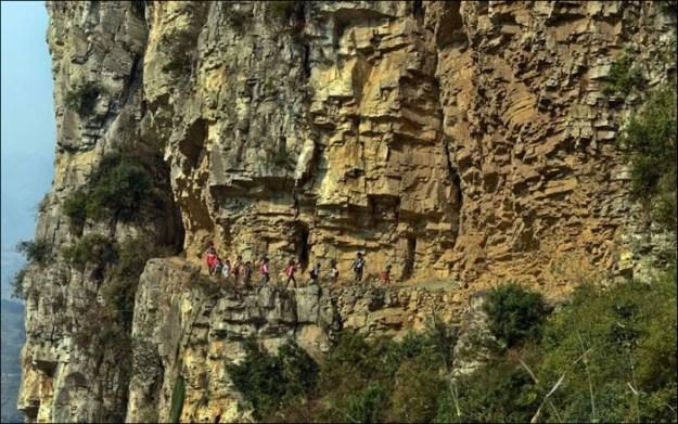 Путь по узкой тропе в горах Китая, который занимает у детей 5 часов