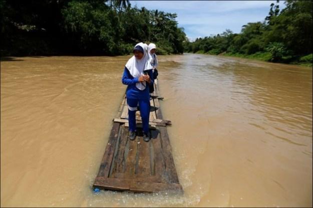 В Индонезии школьники плавают на самодельном бамбуковом плоту
