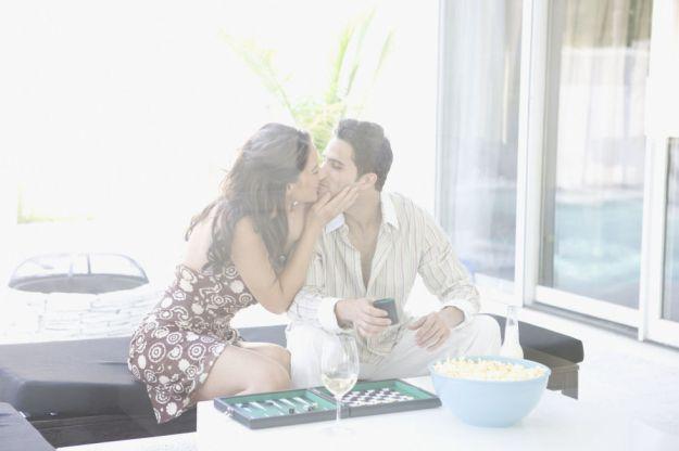 Поиграйте во что-то, например, на раздевание или на поцелуи в разные части тела