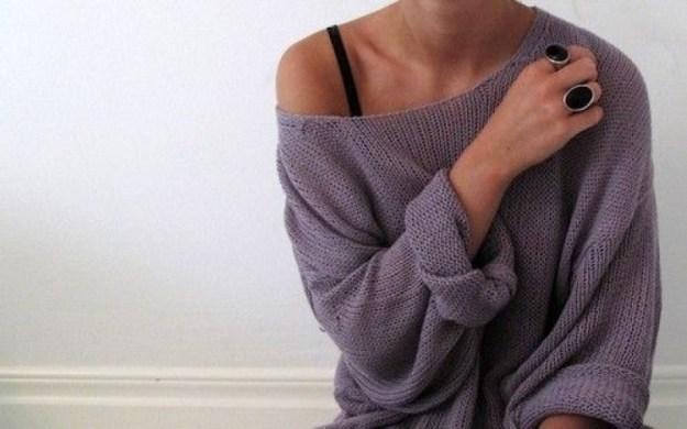 Очень стильно выглядт свитерки оверсайз, которые можно небрежно спустить с плеча