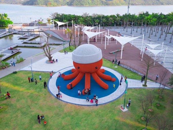 В китайском городе Шэньчжэнь поставили гигантского вязаного осьминога для детей